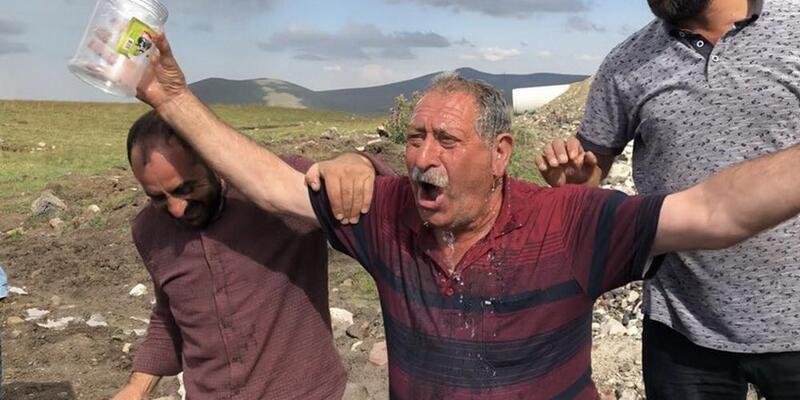 Çocuklar su kaynağı buldu, köylüler sulu kutlama yaptı