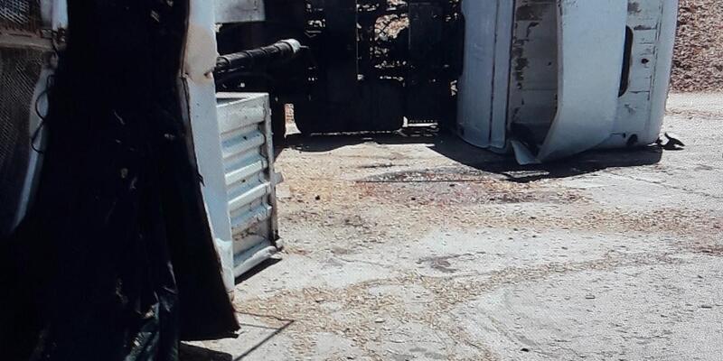 Üzerine kamyon devrilen aracın sürücüsü öldü