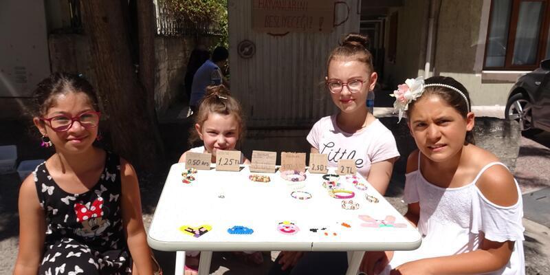 Çocuklar, sokak hayvanları için bileklik yapıp satıyorlar