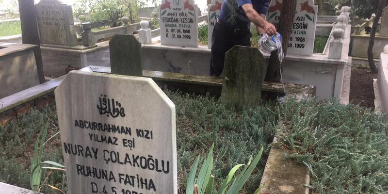 17 Ağustos Depremi'nde ölenler, mezarları başında dualarla anıldı