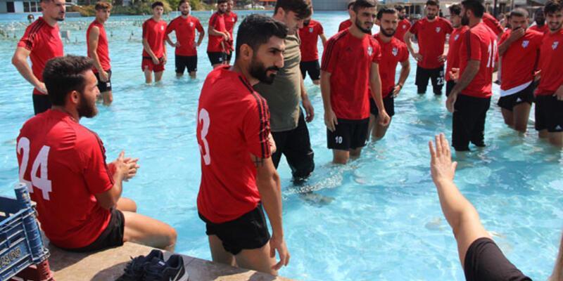 Aydınsporlu futbolcular süs havuzunda duş aldı