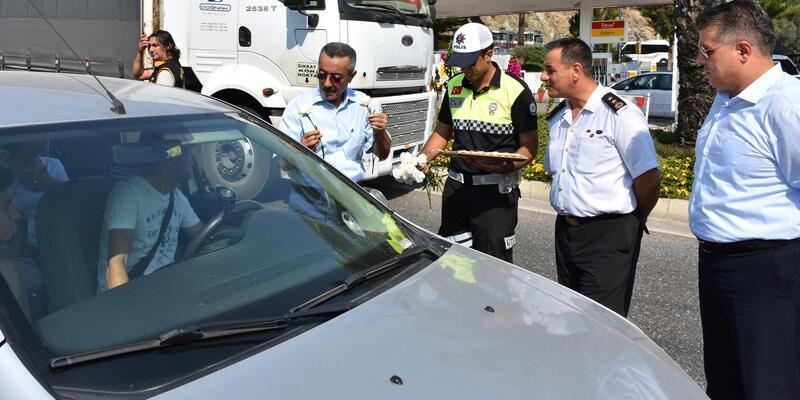 Marmaris'teki yol kontrolünde sürücülere karanfil ve çikolata ikramı