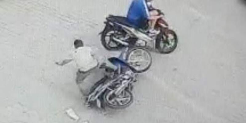 İki motosiklet çarpıştı, yara almayan sürücüler tokalaşıp ayrıldı