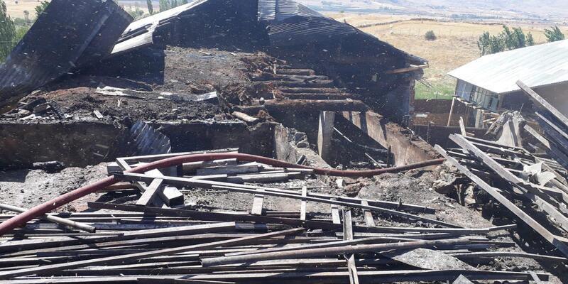 Kahramanmaraş'ta 3 ahır ve 40 ton buğday yandı