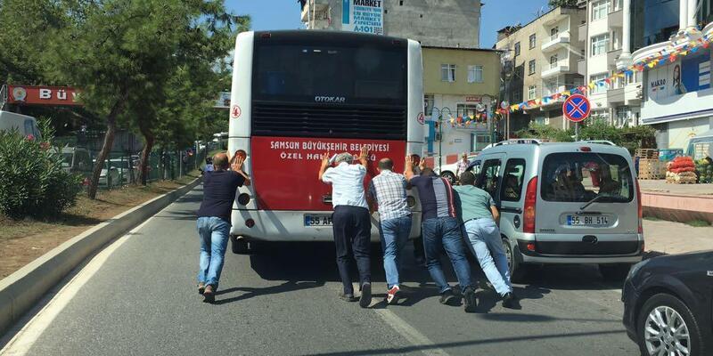 Yolda kalan halk otobüsünü yolcular itti