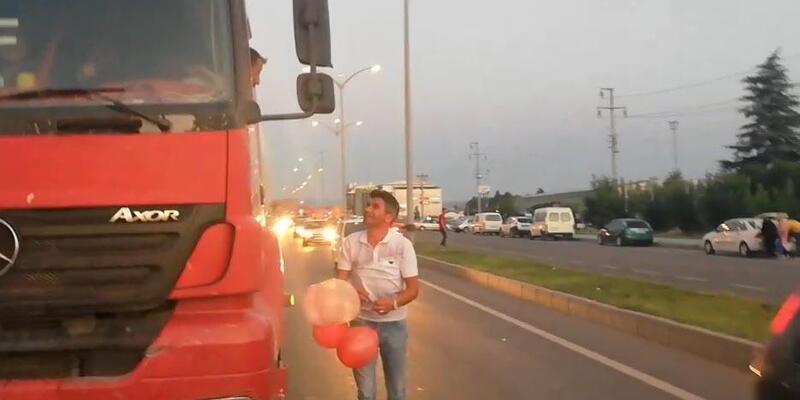 Otomobilden yola uçan balonlar, trafiği durdurdu