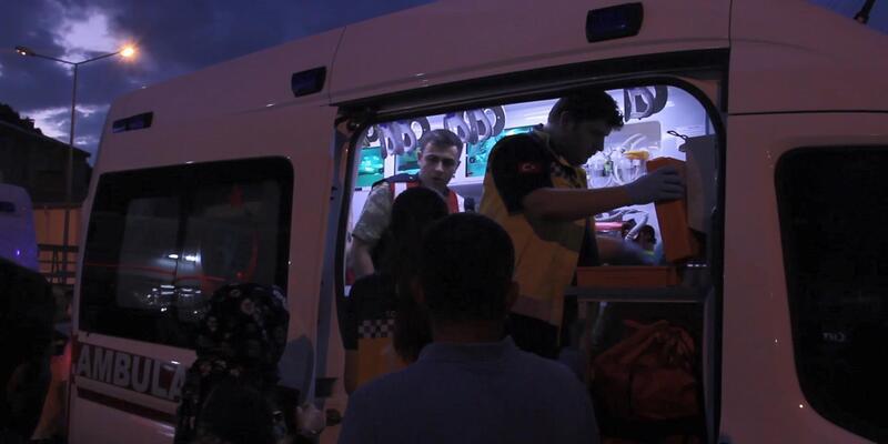 Hafif ticari araç, askeri kamyonete çarptı; 4'ü asker 5 kişi yaralandı