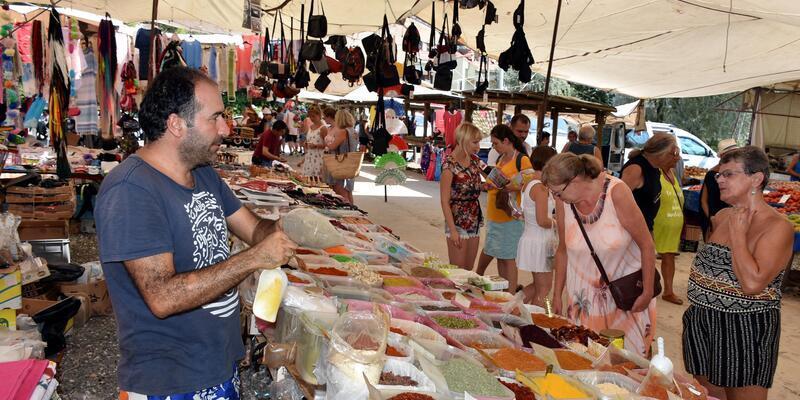 Marmaris'te pazarcı, İngiliz müşterilerinden dil öğrendi