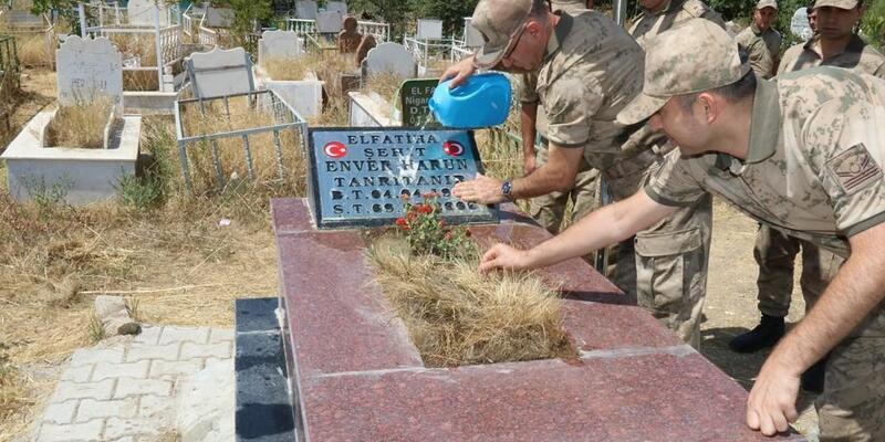 Van'da askerler, şehit mezarlarını ziyaret etti