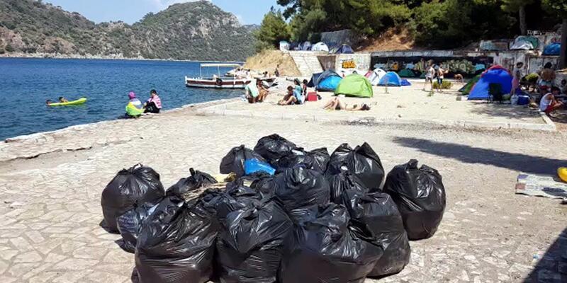 Çadır kuran tatilcilerin çevreye bıraktığı çöpler tepki çekti