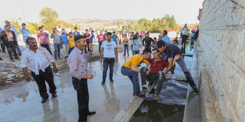 Tokat'ta 100 yıllık, damadın akrabalarını ıslatma geleneği
