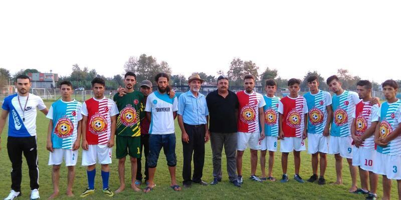 Futbol turnuvasına katılacak olan Suriyeli gençlere forma