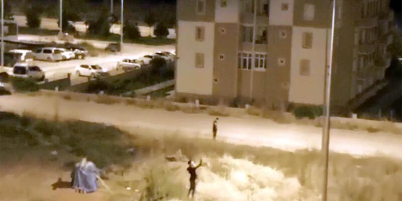 Sokak lambasını kırmaya çalışan gençler kameraya takıldı