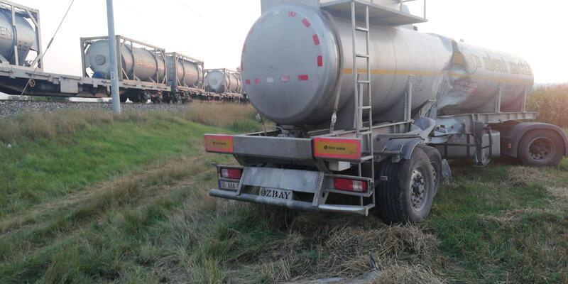 Yük treni hemzemin geçitte asit tankerine çarptı: 1 yaralı