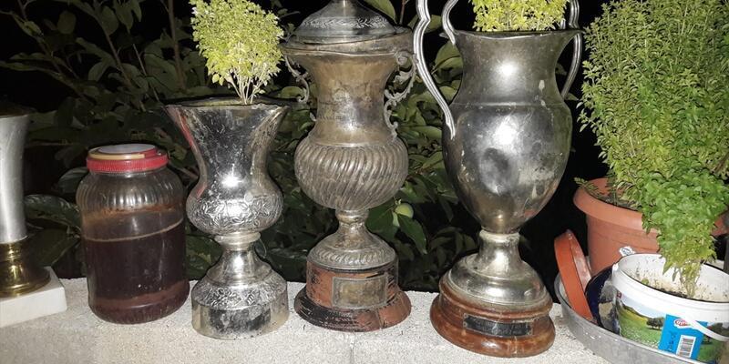Çöpte bulunan kupalar Denizlispor Müzesi'ne teslim edildi