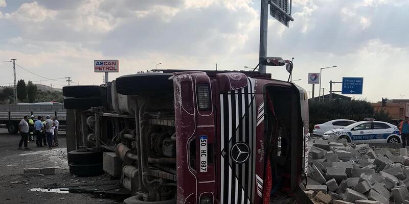 Briket yüklü kamyon devrildi: 3 yaralı