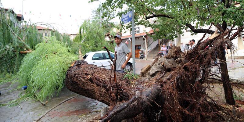 Avanos'ta sağanak ve fırtına, hayatı olumsuz etkiledi