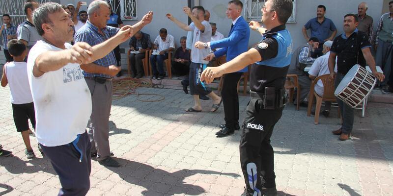 Polisler, düğünde önce silah atılmaması konusunda uyardı, ardından oynadı