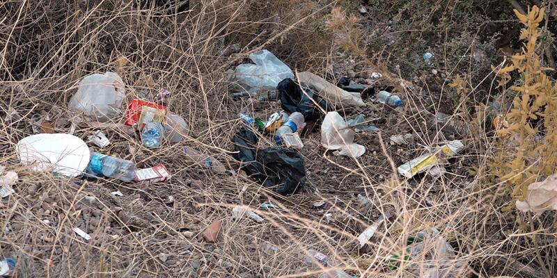 Marmaris'te araçlardan atılanlar çöplerde bebek bezi ilk üçte