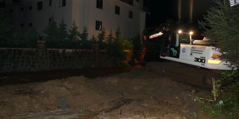 Trabzon'da sel ve heyelan; yollar kapandı, mahsur kalanlar kurtarıldı (2)