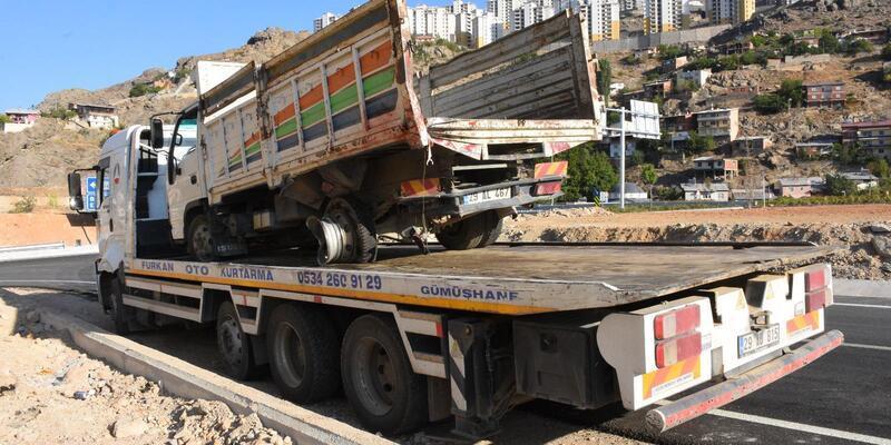 Otomobil, kamyonete çarptı: 2 ölü, 1 yaralı