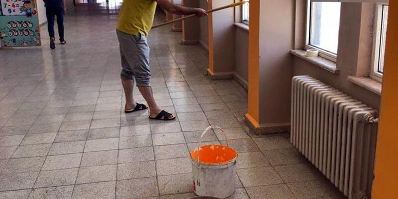 Okul müdürü, koridor ve sınıf duvalarını boyadı
