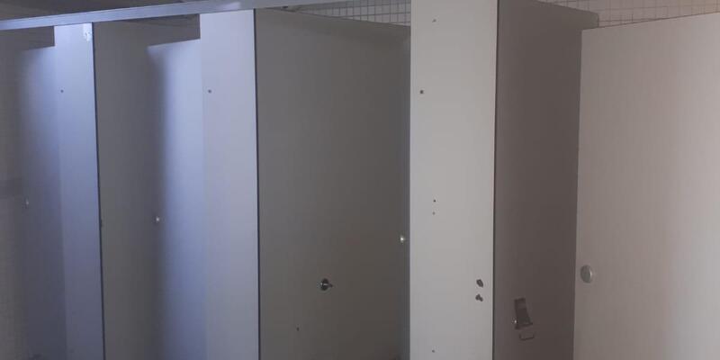 Tuvalette kadınları gözetlerken yakalandı