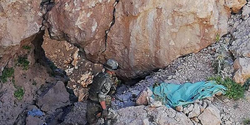Herekol Dağı'nda teröristlerin kullandığı sığınaklar imha edildi