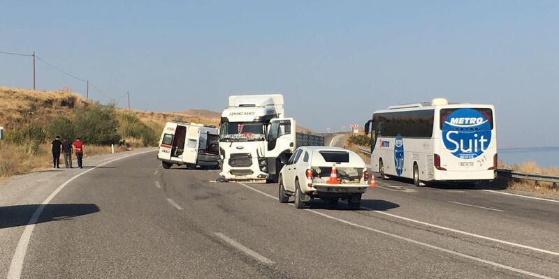 Van'da hasta taşıyan ambulansla TIR çarpıştı: 4 yaralı