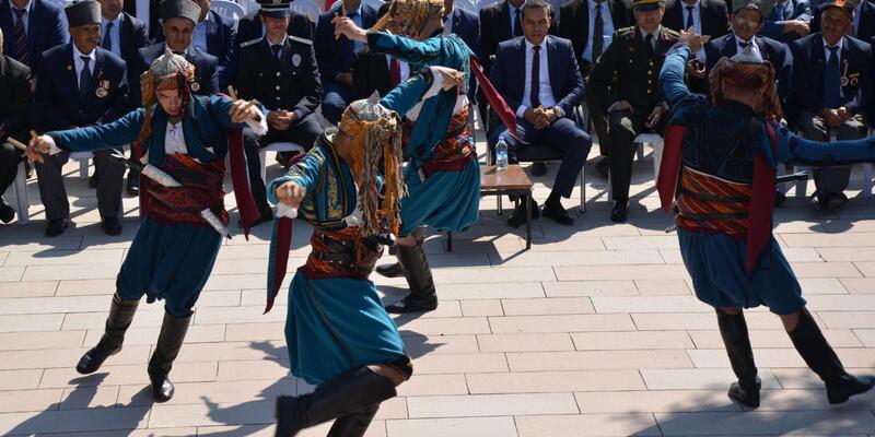 Şehitler anıtı önündekikurtuluş günü etkinliğinde 'Erik Dalı' krizi