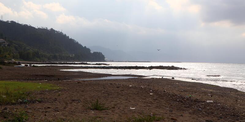 Karadeniz'in hırçın dalgaları yapay plajları yok ediyor