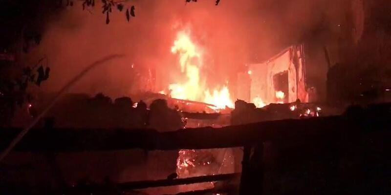 Karabük'te yıldırım düşen ev yandı