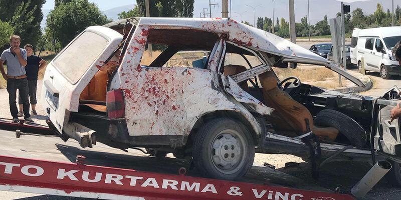 Otomobil ile traktör çarpıştı: 1'i ağır 4 yaralı