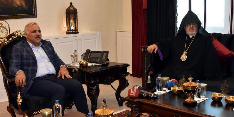 Akdamar'daki ayin öncesi Başepiskopos Ateşyan'dan, valiye ziyaret