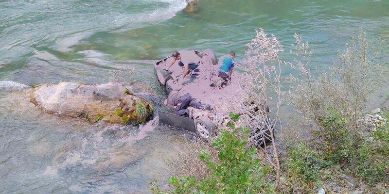 Otomobil, Munzur Çayı'na uçtu: 1 ölü, 3 yaralı