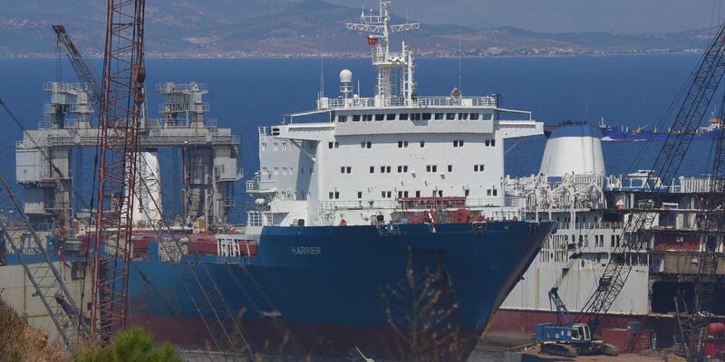 Foça'da denize yakıt akıtan gemi söküm için karaya çıkarılmış