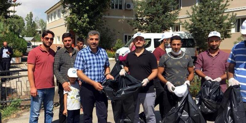 Öğretmen sosyal medyadan çağrı yaptı, gönüllüler sokakları temizledi