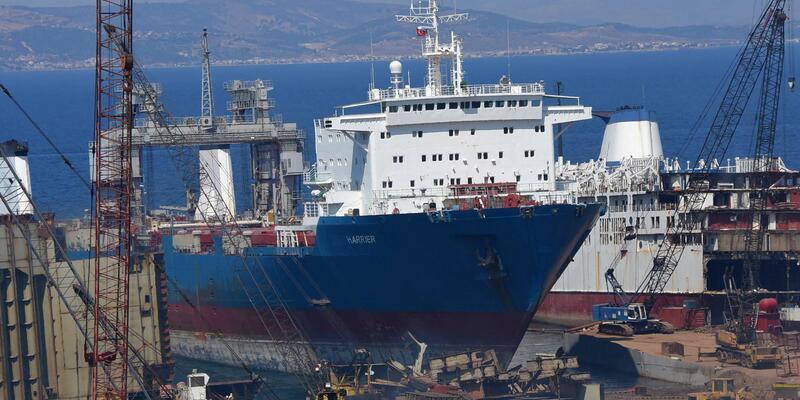 Foça'da denize yakıt bırakılan gemiyle ilgili soruşturma sürüyor