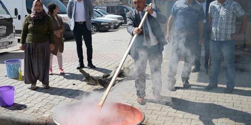 Belediye Başkanı Rifat Özkan, salça kaynattı