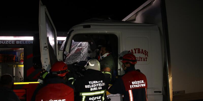 Düzce'de iki kamyon çarpıştı: 1 yaralı