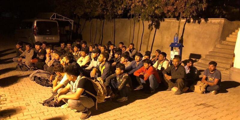Van'da 14 kişilik minibüste 52 kaçak göçmen yakalandı