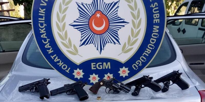 Otomobilde 5 tabancayla yakalanan 2 kişi tutuklandı
