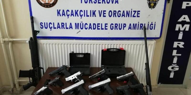 Hakkari'de kaçak sigara, çay, av tüfeği ve kurusıkı tabanca ele geçirildi