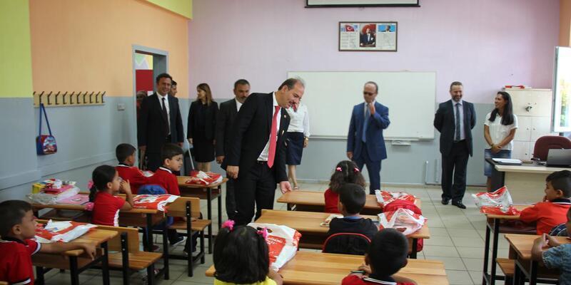 Yalova'da ilkokula başlayan öğrencilere kitap dağıtıldı