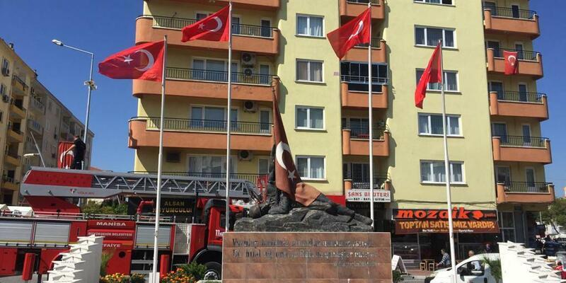 Saruhanlı'yı süsleyen bayraklar yenilendi