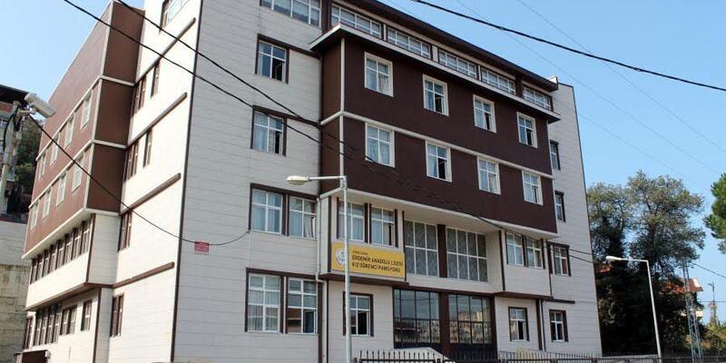 Lise müdürünün, okula 'kral dairesi' yaptırdığını iddia etti