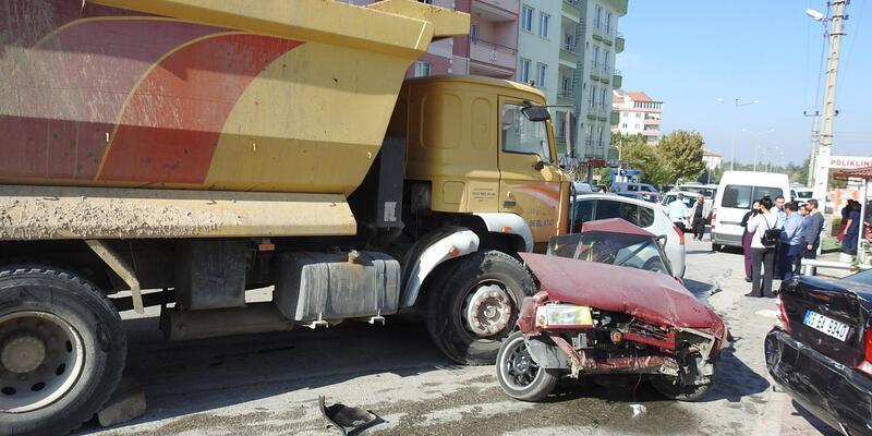 Freni boşalan kamyon, park halindeki 16 otomobile çarptı