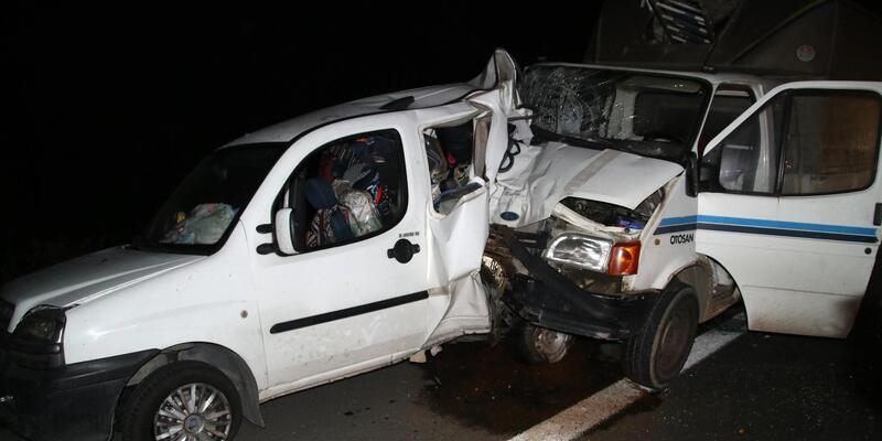 Kamyonet, emniyet şeridinde duran hafif ticari araca çarptı: 5 yaralı