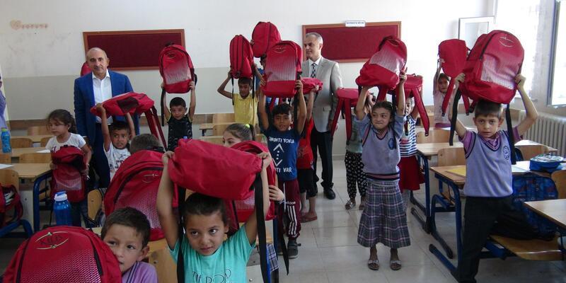 Kilis'te, öğrencilere çanta hediyesi