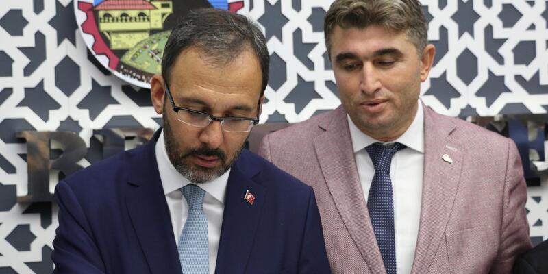 Bakan Kasapoğlu, gençlerle birlikte türkü söyledi (2)
